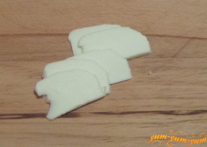 Сыр нарезать тонкими пластинками