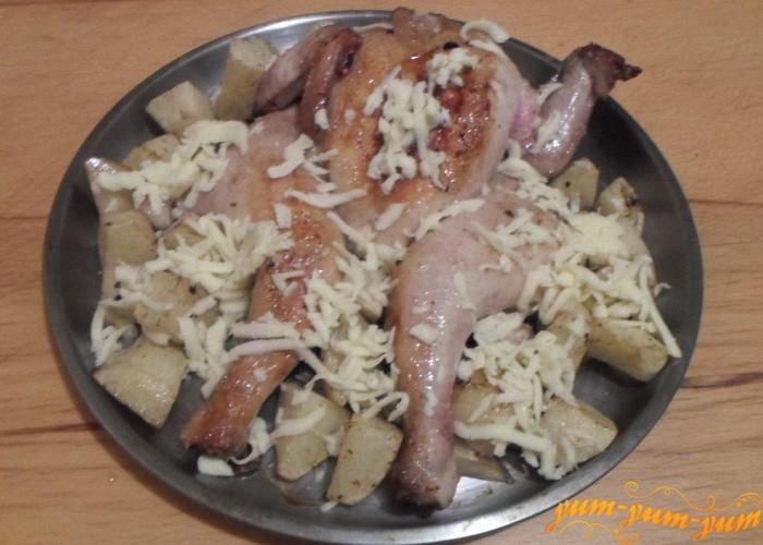 Сыр натереть на терке и посыпать им курицу с картофелем