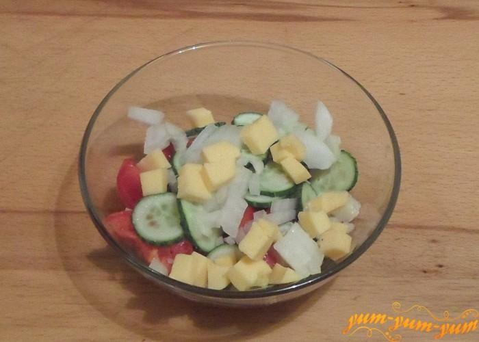 Сыр натереть на терке или нарезать мелкими кубиками