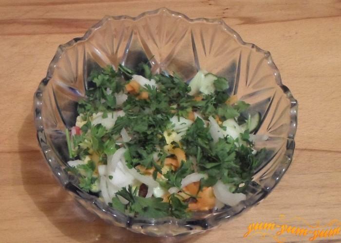 Украсить готовый салат свежей зеленью петрушки