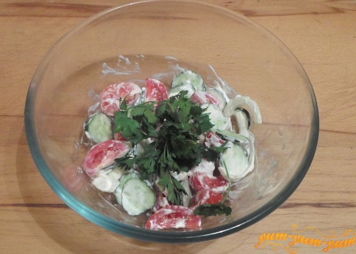 Украсить салат веточками петрушки