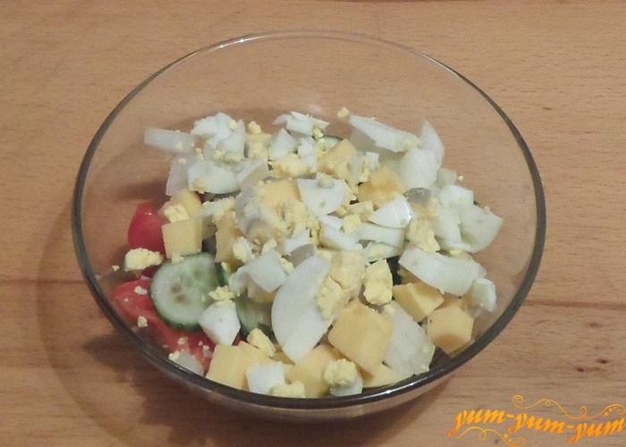 Вареное яйцо нарезать мелко ножом