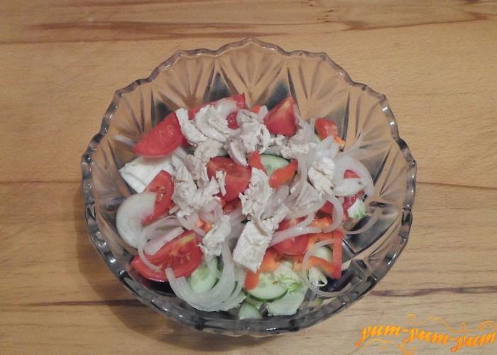 Верхний слой салата — отварные кусочки куриного филе
