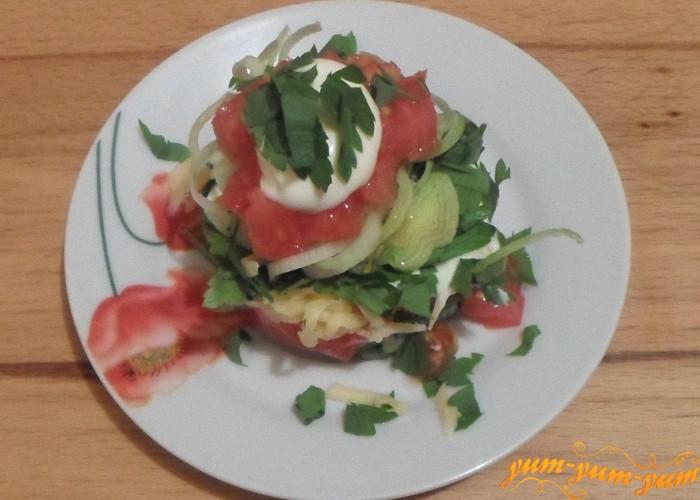 Вкусный салат из помидоров можно подавать к столу
