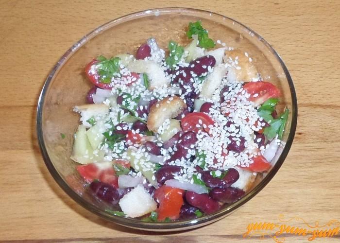 Второй салат заправить растительным маслом и посыпать белым кунжутом