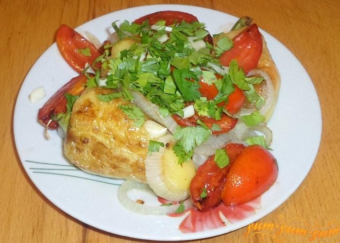 Выложить готовые помидоры к овощам и посыпать петрушкой
