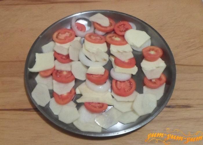 Выложить овощи на противень для запекания
