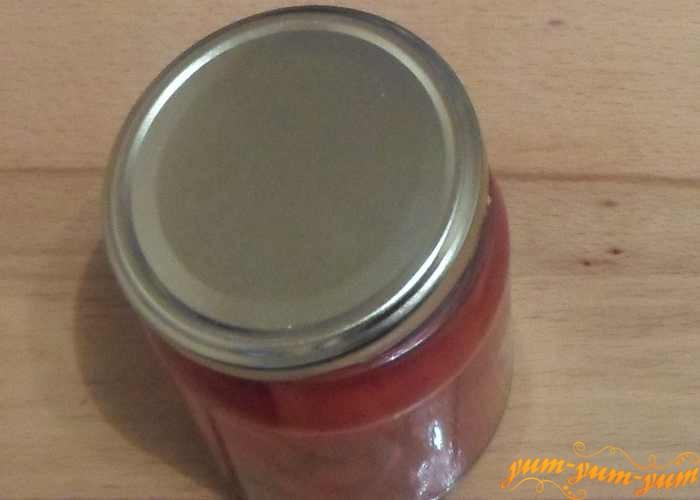 Залить помидоры маринадом с желатином и закатать