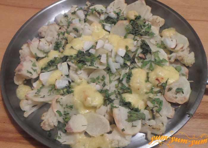 Запеканку с цветной капустой и картофелем подаем к столу