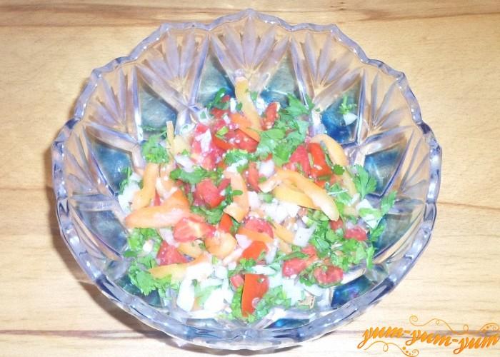Заправить салат растительным маслом и подавать к столу