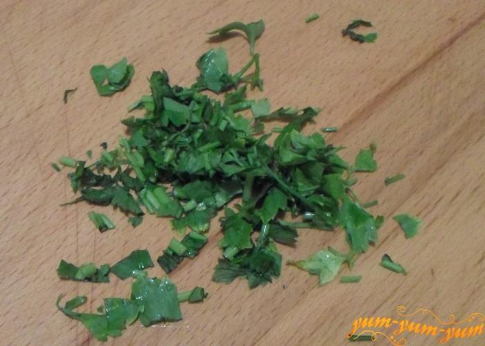 Зелень петрушки или укропа мелко нарезать