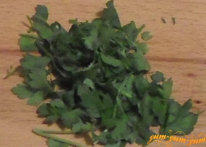 Зелень петрушки нашинковать как можно мельче