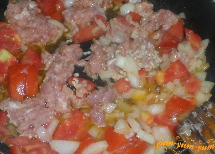 Добавить к луку и помидорам мясной фарш