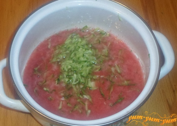 Добавить в суп тертые свежие огурцы