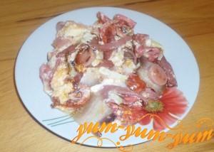 Как приготовить яичницу с помидорами и колбасой