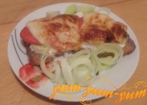 Как приготовить запеченную свинину с помидорами