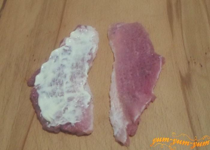 Каждый кусочек мяса смазать майонезом