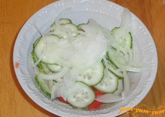 Лук нарезать тонкими колечками и добавить к овощам