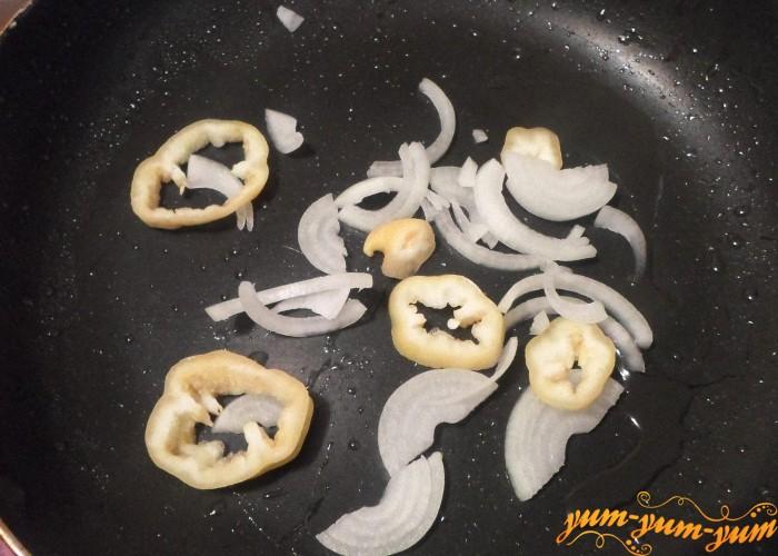 Луковицу нашинковать и обжарить на сковороде