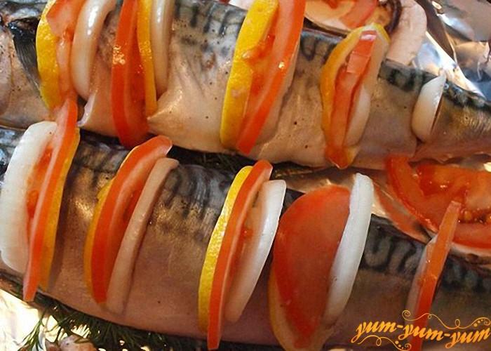 Между каждым кусочком рыбы положить колечко помидора