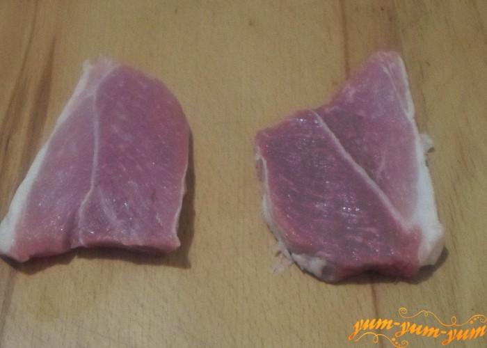 Мясо свинины нужно разрезать на порционные кусочки