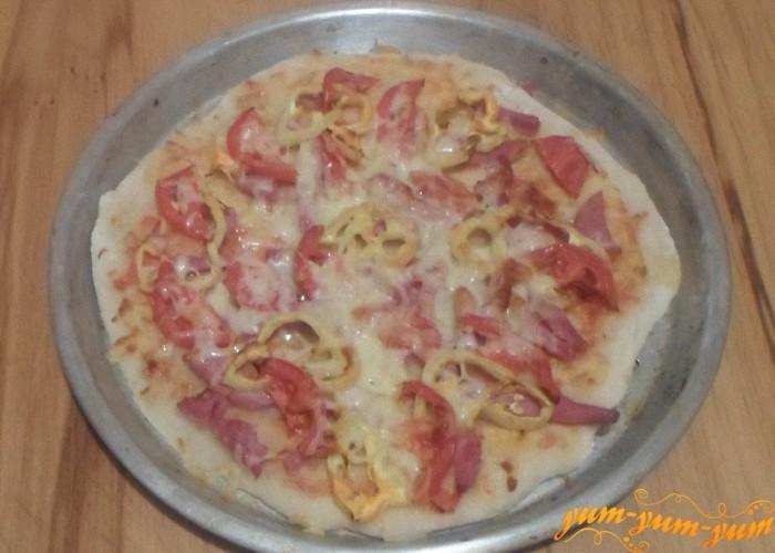 Пиццу с ветчиной и помидорами можно подавать к столу