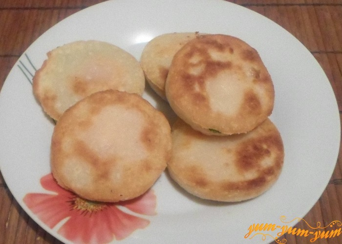 Пирожки бомбочки с помидорами и сыром можно подавать к столу