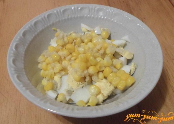 С вареной кукурузы срезать зерна