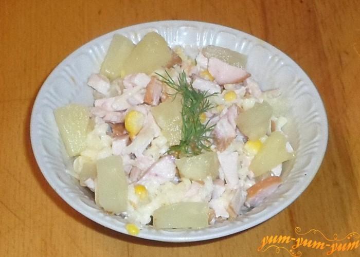 Салат из ананаса копченой курицы и кукурузы заправить майонезом и подать к столу