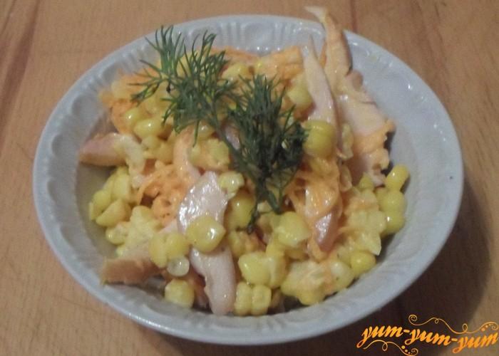 Салат из курицы, кукурузы и моркови корейской можно подавать к столу