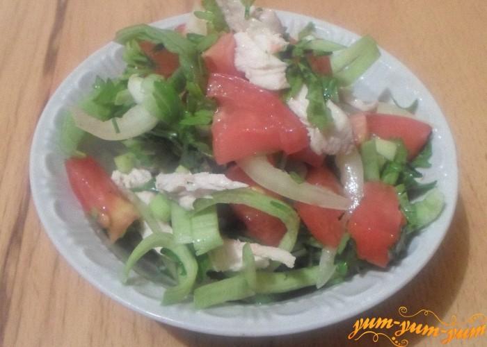 Салат можно заправить растительным маслом и подать к столу