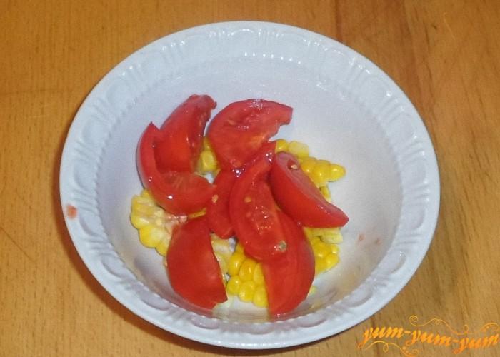 Спелые помидоры помыть и нарезать мелкими ломтиками или кубиками