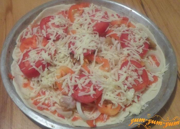 Сверху пиццу посыпать сыром и поставить в духовку
