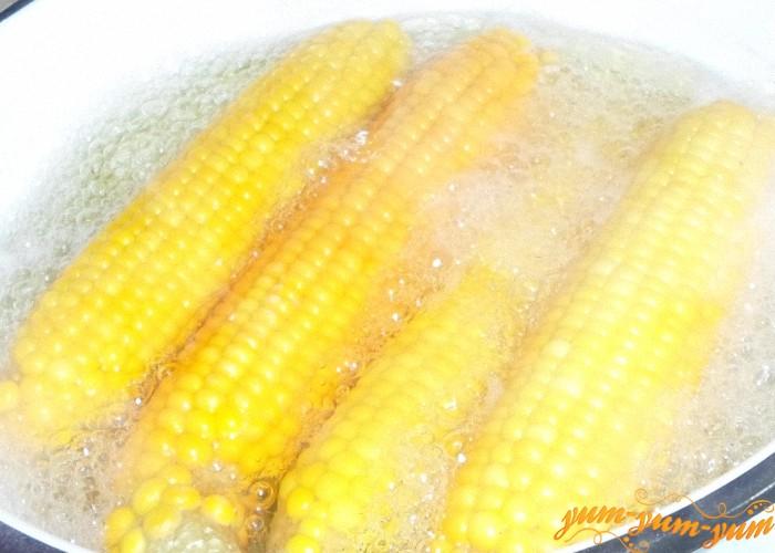 Свежую кукурузу опустить в кипящую воду и сварить до готовности