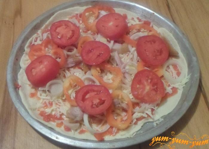Выложить продукты слоями сыр, курицу, лук, перец и помидоры