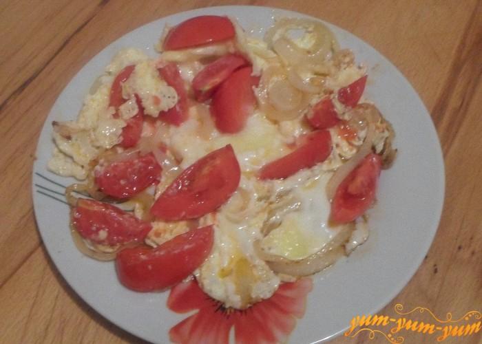 Яичницу с луком и помидорами можно подавать к столу