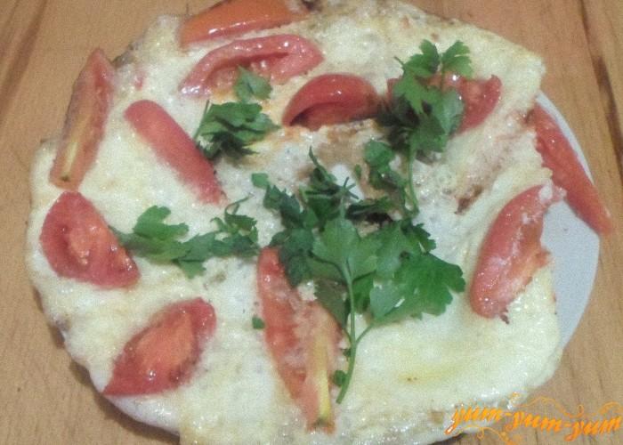 Яичницу с помидорами можно подавать к столу