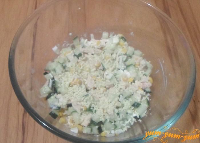 Заправить салат с грудкой и кукурузой майонезом и подать к столу