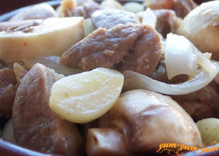 Баранину с грибами и картофелем в горшочках подаем к столу