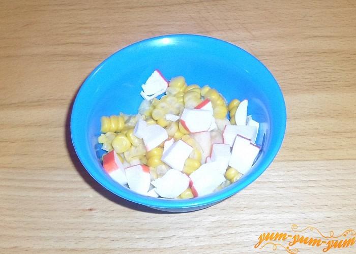 Добавить крабовые палочки к кукурузе и яблоку