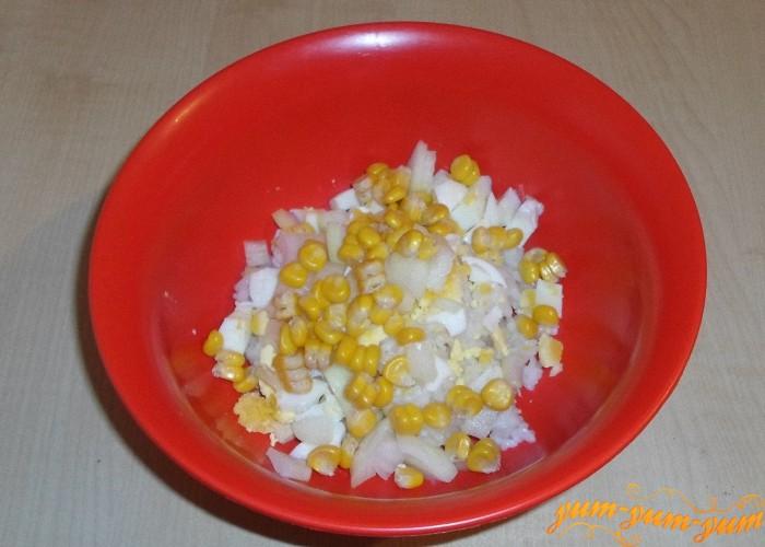 Добавить кукурузу к овощам и мясу