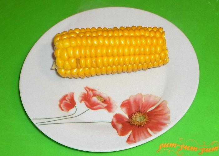 Готовую кукурузу в початках подаем к столу