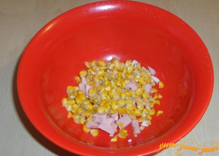 Готовые кукурузные зерна добавить в салат