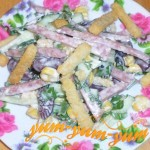 Как приготовить салат с колбасой, кукурузой и сухариками