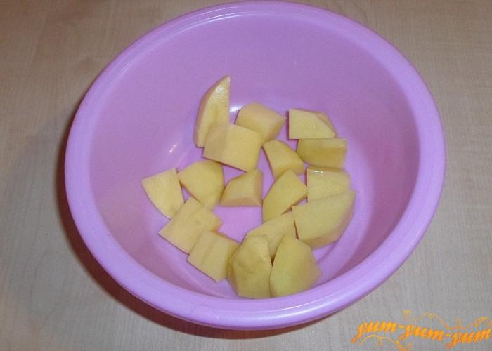 Картошку почистить и нарезать средними кубиками