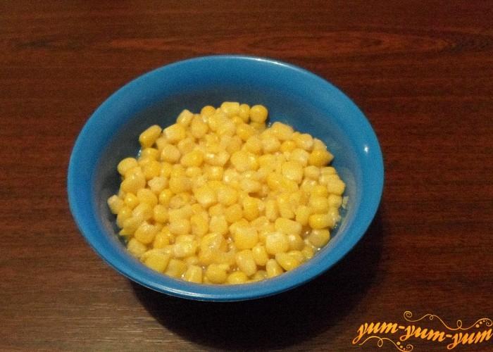 Консервированную кукурузу открыть и переложить в салатник