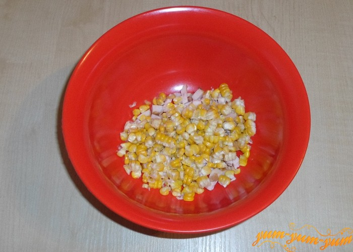 Кукурузные зерна добавить к куриной грудке