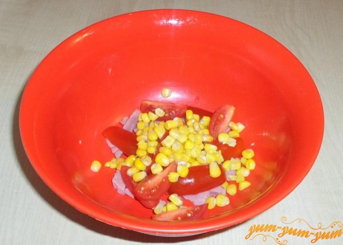Кукурузные зерна откинуть на дуршлаг и промыть от рассола