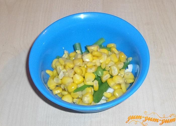 Кукурузные зерна срезать ножом и добавить к яйцам и фасоли