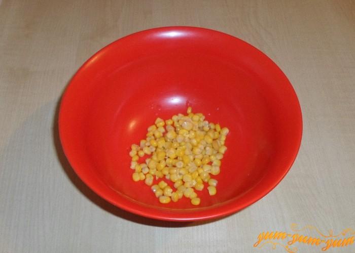 Кукурузные зерна выложить на дно салатницы